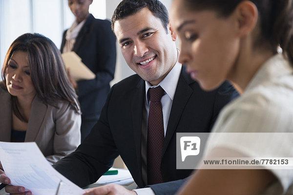 Geschäftsmann  lächeln  Besuch  Treffen  trifft