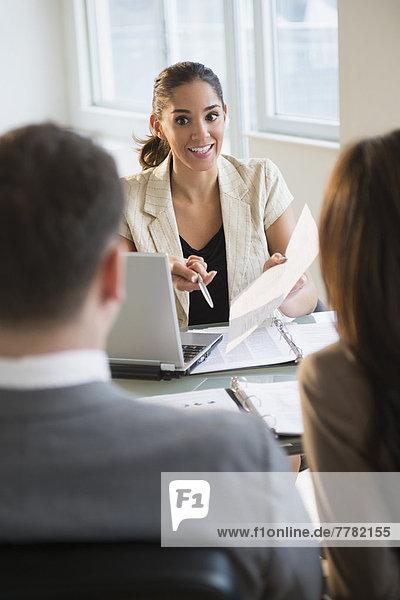 Geschäftsfrau  Schreibtisch  sprechen  Kunde