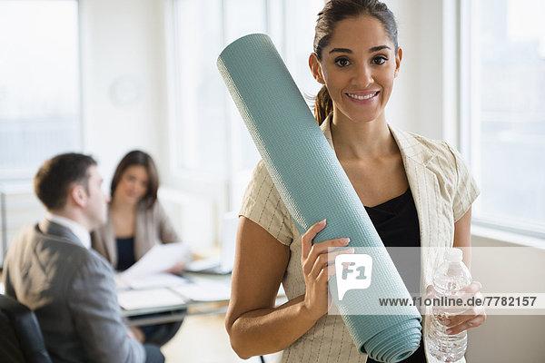 Geschäftsfrau  halten  Büro  Yoga  Matte