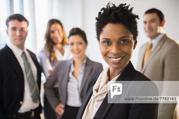 Geschäftsfrau lächelnd in office