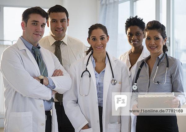 Zusammenhalt  lächeln  Arzt  Büro