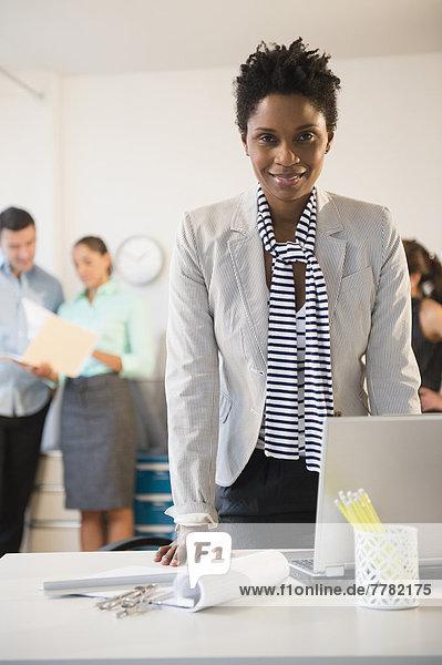 stehend  Geschäftsfrau  Schreibtisch  Büro