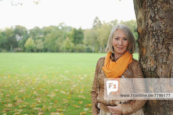 Porträt einer älteren Frau im Park