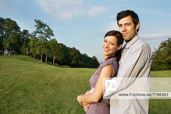 Porträt eines erwachsenen Paares mit Blick auf die Kamera