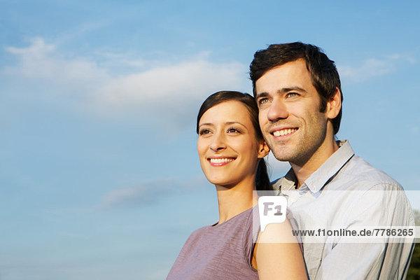 Porträt eines mittleren erwachsenen Paares  wegblickend