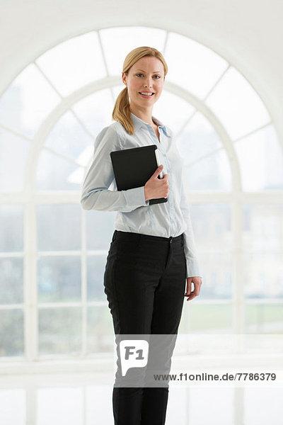Geschäftsfrau mit digitalem Tablett