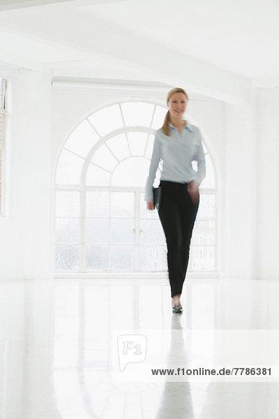 Geschäftsfrau im kargen weißen Zimmer