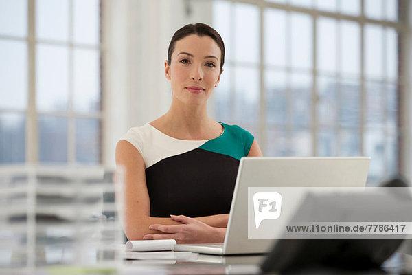 Büroangestellte mit Laptop