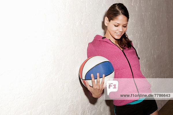 Junge Frau hält Basketball