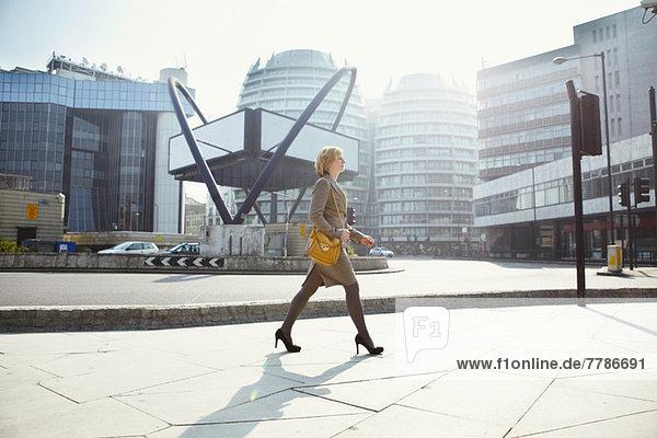 Geschäftsfrau zu Fuß in der Old Street  London  England  UK