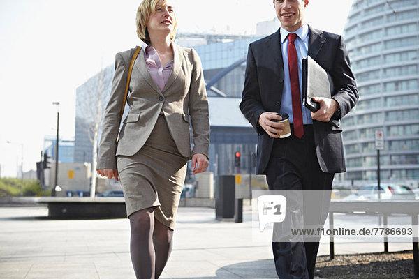 Zwei Geschäftsleute zu Fuß in der Stadt