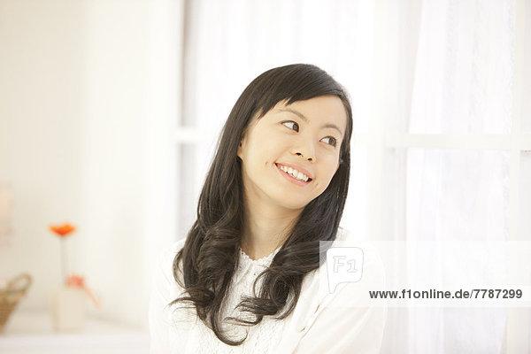 Junge Frau lächelt