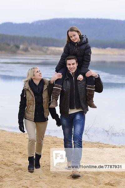 Eltern mit Tochter  Oberpfalz  Bayern  Deutschland  Europa