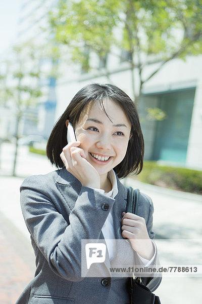 Geschäftsfrau auf Telefon