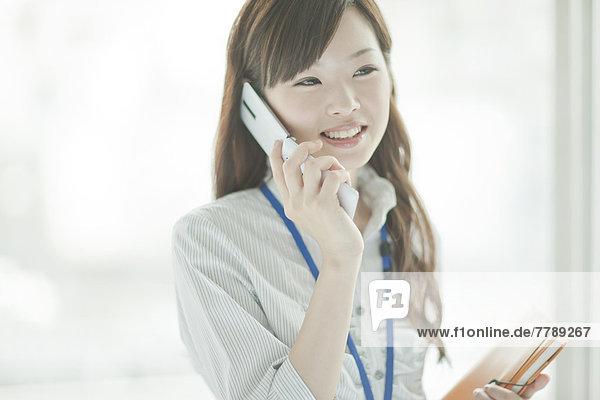 Handy  benutzen  Geschäftsfrau  Kurznachricht  jung