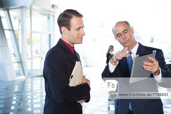 Zwei Geschäftsleute mit digitalem Tablett