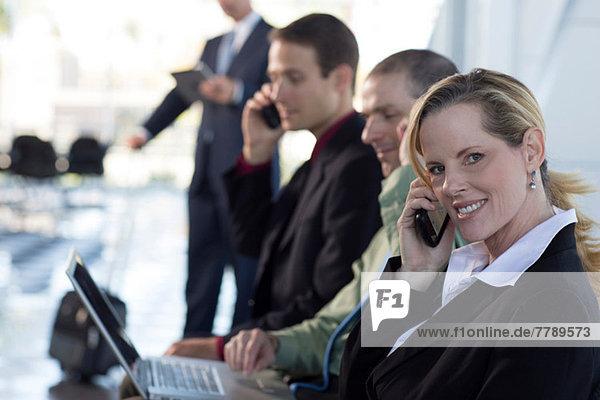 Reife Geschäftsfrau am Handy