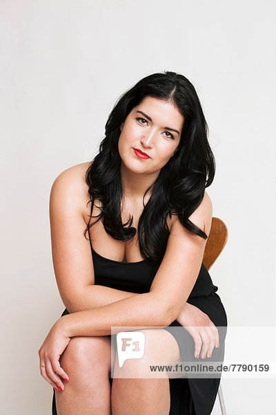 Junge Frau auf Stuhl sitzend