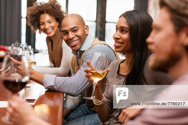 Vier Freunde amüsieren sich in der Weinstube