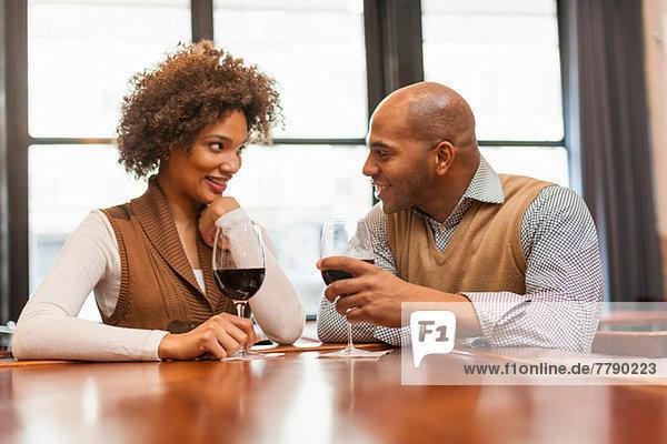 Paar an der Weinstube