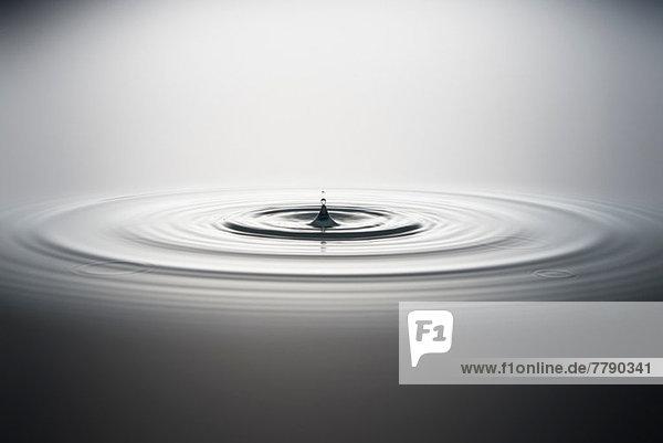 Wassertropfen fallen ins Wasser