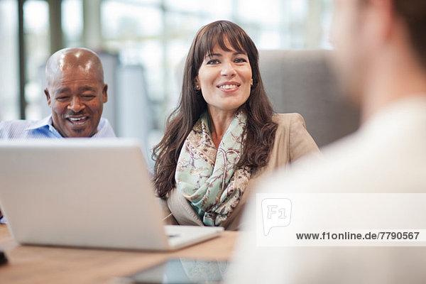 Geschäftsfrau mit Laptop und Kollegen