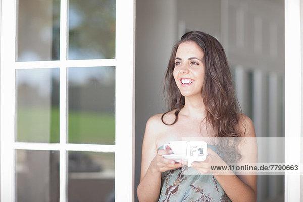 Junge Frauen mit Tasse Tee