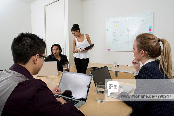 Junge Geschäftsleute mit Laptops