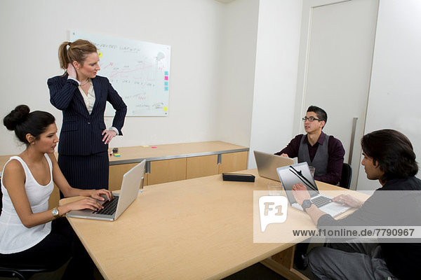 Junge Geschäftsleute bei der Arbeit mit Laptops