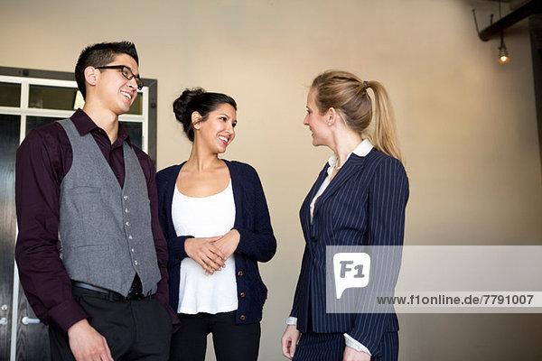 Drei junge Geschäftsleute im Gespräch