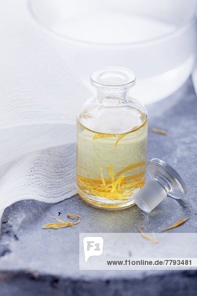 Ringelblumenöl in Apothekerflasche