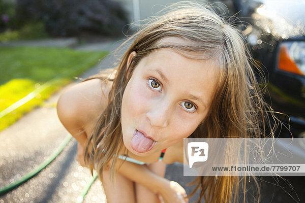 Vereinigte Staaten von Amerika USA kleben Portrait Wohnhaus Auto Sommer waschen Sonnenlicht jung Fahrweg Zunge herausstrecken Nachmittag Mädchen stecken