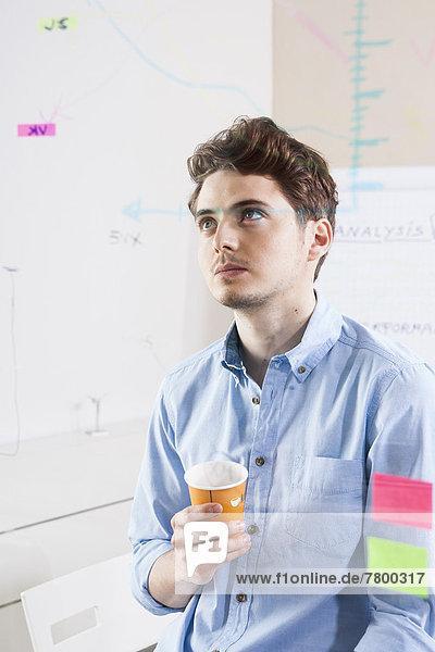 Mann arbeiten Büro jung