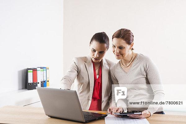 Geschäftsfrauen in Office arbeiten