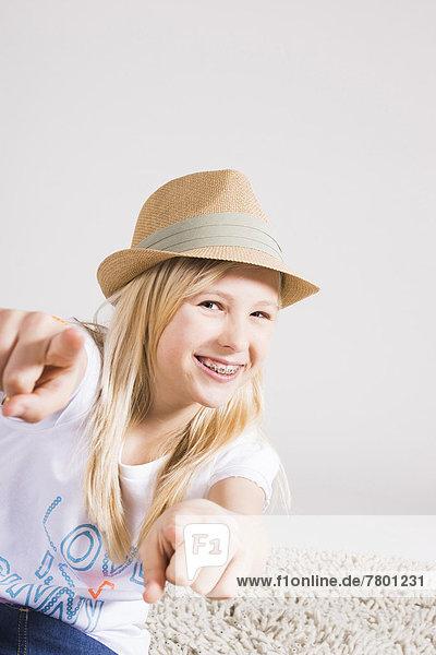 Portrait  zeigen  Hut  Blick in die Kamera  Kleidung  Studioaufnahme  Mädchen