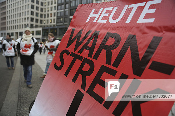 Warning strike in the public service sector  Berlin teachers striking for better working conditions