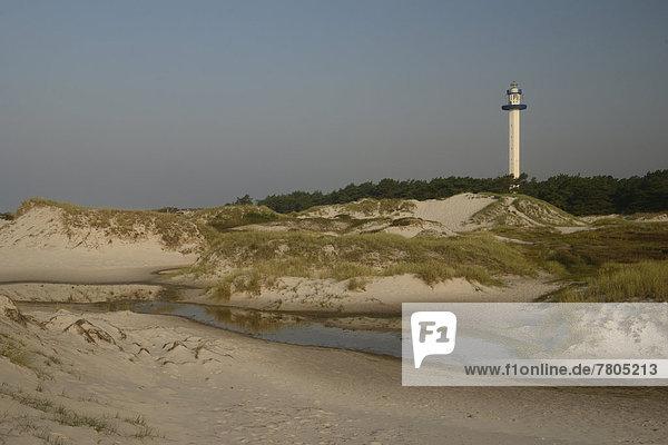Leuchtturm hinter den Dünen