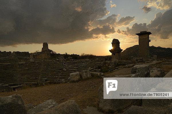 Pfeilergräber und Harpyiengräber des antiken Xanthos bei Sonnenuntergang