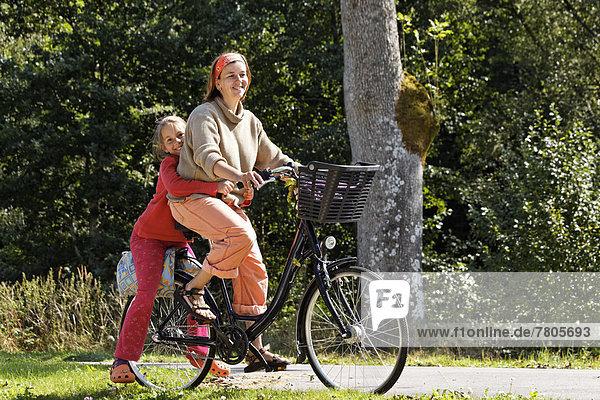 Mutter und Tochter auf einem Fahrrad  auf Treidelpfad neben dem Canal des Vosges  früher Canal de l?Est