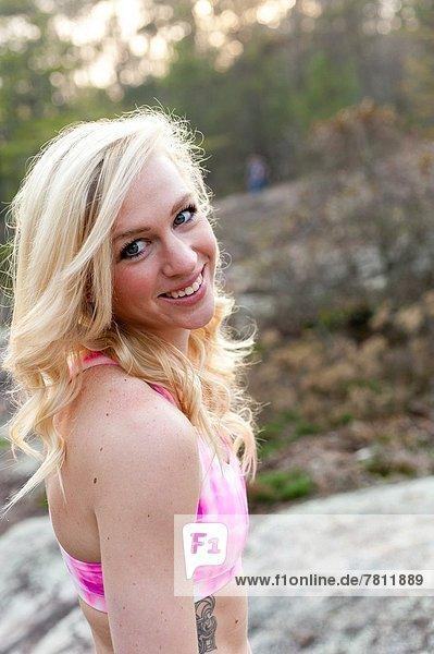 Außenaufnahme  blond  Frau  lächeln  BH  pink  Blick in die Kamera  Kleidung  alt  Sport  Jahr