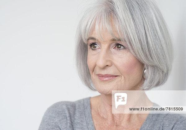 Ältere Frau mit grauen Haaren  Porträt