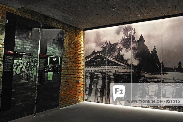 Ausstellungsraum mit Informationstafeln über den Aufstieg der NSDAP  rechts ein Großfoto vom Reichstagsbrand 1933  Dauerausstellung Faszination der Gewalt  Dokumentationszentrum Reichsparteitagsgelände