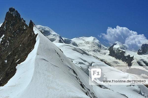zwischen inmitten mitten Alpen Monte Rosa links rechts Zermatt