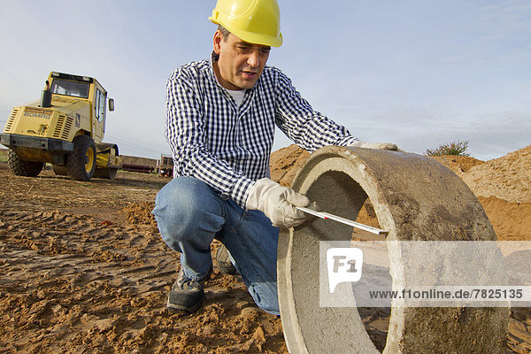 bauen  arbeiten  Beruf  Wirtschaft  Maß  Beton  Handwerker  Helm