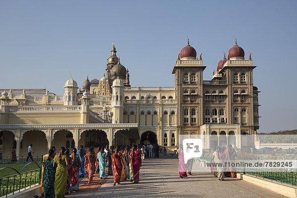 Skyline  Skylines  Frau  Architektur  Turm  bunt  Palast  Schloß  Schlösser  Asien  Indien  Karnataka  Mysore  Sari