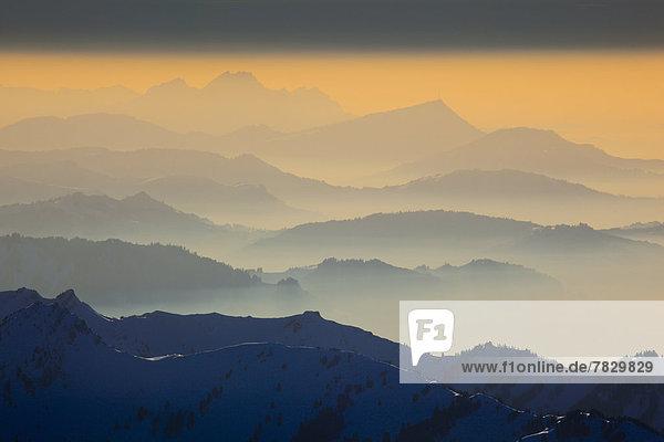 Panorama  Europa  Schneedecke  Berg  Winter  Sonnenuntergang  Himmel  Dunst  Schnee  Nebel  Alpen  Ansicht  Westalpen  Abenddämmerung  Bergmassiv  schweizerisch  Schweiz  Dämmerung