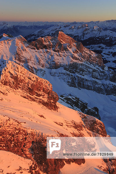 Panorama  Europa  Schneedecke  Berg  Winter  Berggipfel  Gipfel  Spitze  Spitzen  Schnee  Alpen  Ansicht  Westalpen  Bergmassiv  schweizerisch  Schweiz