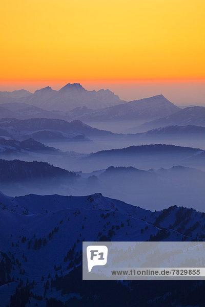Panorama  Europa  Schneedecke  Berg  Winter  Himmel  Dunst  Schnee  Nebel  Alpen  Ansicht  Westalpen  Abenddämmerung  Bergmassiv  schweizerisch  Schweiz  Dämmerung
