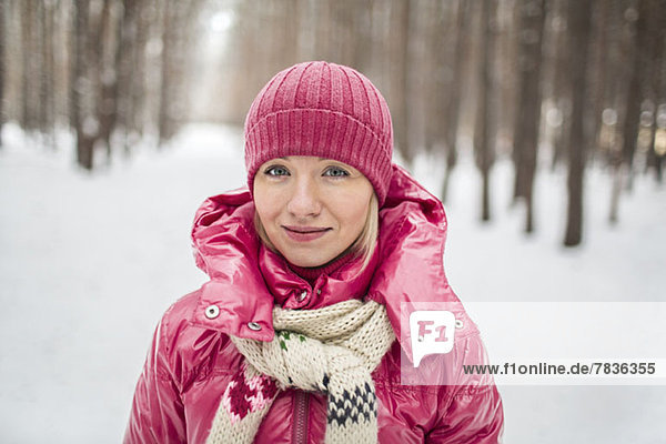 Eine junge Frau trägt im Winter warme Kleidung im Freien.