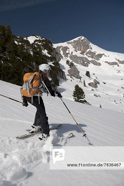 Skiläuferin bei den Dolomiten  Südtirol  Italien